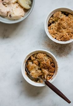 Individual Apple Crumble Quick single-serving apple crumble that is super easy and only takes 5 minutes to make. Serve it warm from the oven with ice cream. Basic Apple Crumble Recipe, Individual Apple Crisp Recipe, Apple Crumble Ingredients, 3 Ingredients, Apple Dessert Recipes, Apple Crisp Recipes, Fruit Recipes, Recipies, Vegan Recipes