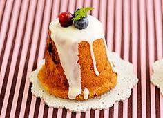 「ホワイトチョコとベリーのマフィン」生地にはホワイトチョコレート、クランベリー、ブルーベリーを混ぜて焼き上げます。マフィンを逆さにして、プリンの様な形で仕上げます。【楽天レシピ】