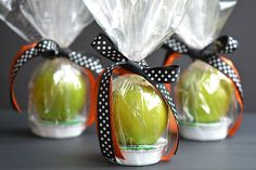 These apple and caramel fall treats are such a GREAT alternative to candy! They&… These apple and caramel fall treats are such a GREAT alternative to candy! They'd be fantastic as teachers gifts, party favors or even fall birthdays! Diy Thanksgiving Centerpieces, Dinner Table Centerpieces, Thanksgiving Favors, Thanksgiving Table Settings, Reunion Centerpieces, Baptism Centerpieces, Thanksgiving 2020, Thanksgiving Birthday, Dinner Party Favors