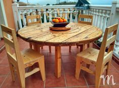 This is cable reel furniture because the table is round in shape as the reel and the chairs are placed around it for the seating of 4 individuals. It is a great idea to place in the open air for enjoying meal there with the family. Pallet Patio Furniture, Outdoor Furniture Plans, Recycled Pallets, Wooden Pallets, Diy Pallet Projects, Wood Projects, Pallet Ideas, Furniture Projects, Saloon