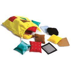 Des coussins de différents tissus à tripoter et à caresser pour développer la sensibilité tactile de l'enfant. Avec ce jeu travaillez l'expression des sensations et impressions ou alors réalisez un jeu de mémoire tactile. Contient un sac de rangement avec 20 coussins organisés en paire. Dim. carrés : 8 cm. Fabriqués en tissu. Dès 3 ans.