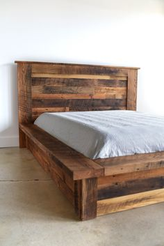 Decorate your room in a new style with murphy bed plans Reclaimed Wood Beds, Wooden Bed Frames, Wooden Pallet Furniture, Pallet Wood, Rustic Bed Frames, Wooden Bed Base, Rustic Wood Bed, Wooden Beds, Lawn Furniture