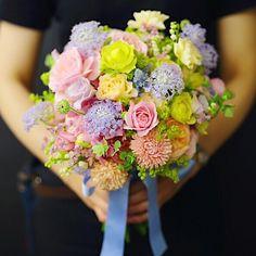 ヨコハマグランドインターコンチネンタルの花嫁さま。  :  ミックスカラーで一会にお任せのクラッチブーケ。  白は指定じゃなかったけれど、  きっとスズランお好きだろうと入れたらどんぴしゃりで、  とっても喜んでくださいました。  :  3枚目以降が、いただいたお写真とメールです。  :  一生に一度の大舞台で、  選んでいただいたブーケは、  花嫁さまを励ます花でありたい。  喜んでいただけるお仕事。  それは最大の報酬で勲章です。  :  #ヨコハマグランドインターコンチネンタルホテル#花嫁#卒花#クラッチブーケ ブーケ  #プリザーブドフラワーブーケ #ブーケレッスン #ブーケ迷子 #ブーケ一会#ブーケ豆知識#レストランウェディング#東京花嫁#ブーケ #一会#ウェディングブーケ #ブライダルブーケ#日本中のプレ花嫁さんと繋がりたい #東京花嫁 #2018夏婚 #2018秋婚 #2018冬婚#2019春婚 #2019夏婚 #全国のプレ花嫁さんと繋がりたい #大人婚#bouquet_ichie#bouquetichie#プレ花嫁準備 #持ち込みブーケ Crown, Table Decorations, Instagram, Jewelry, Corona, Jewlery, Jewerly, Schmuck, Jewels