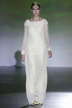 Trajes sinuosos con detalles en bordados y tocados de ensueño de Isabel Zapardiez Unique Wedding Gowns, Unique Weddings, Bridal Gowns, Wedding Dresses, Bridal Pants, Elegant, Alternative Fashion, Lace Skirt, Ideias Fashion