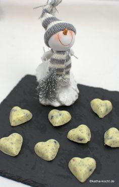 Weiße Schokoladen Pralinen mit Mohn und Beeren - katha-kocht!