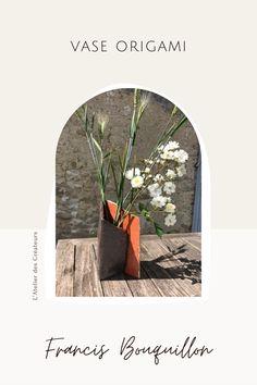 En terre cuite colorée d'émail brun et blanc, ce vase triangulaire à les arêtes vives d'un pliage japonais. Il permet différentes inclinaisons des fleurs par sa forme dissymétrique. Ses couleurs proches de la terre se marient avec toutes les couleurs de fleurs. Vase Origami, Sculptures Céramiques, Ecole Art, France, Shop, Painting, Silver Spoon Jewelry, Soup Bowls, Flower Colors