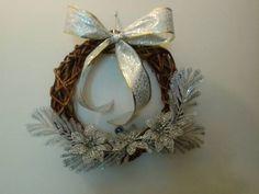 Guirlanda de Vime 35 cm  Motivo de Natal e detalhes em fita prata e flores R$ 79,00 - Adriana Bolzan Criações