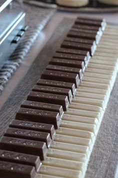 Easy Kit-Kat piano at any party for a music lover. This cake made us smile! What an easy idea! We love the music, we love our instruments. Protect them now! www.beaumontmusic.co.uk (scheduled via http://www.tailwindapp.com?utm_source=pinterest&utm_medium=twpin&utm_content=post10066736&utm_campaign=scheduler_attribution)