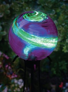 Glow in the dark garden globes for a magical touch at night | Evening spark | CribFashion.com