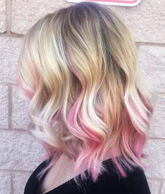 40 Ideas of Pink Highlights for Major Inspiration blonde lob with pastel pink highlights Blonde Hair With Pink Highlights, Rosa Highlights, Pink Hair Streaks, Pink Blonde Hair, Pink Ombre Hair, Pastel Pink Hair, Blonde With Pink, Hair Color Pink, Blonde Lob