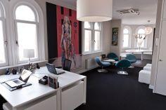 Kantooromgeving; oplevering 2012 | Informele overlegplek - laag zitten midden in de werkomgeving. Lounge, blauw, zwart, wit | An informal meeting area or scrum area in the middel of the workplace. Blue, black, white, fauteuil