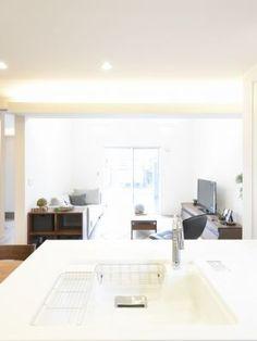 吹き抜けリビングの手前に、ダイニングキッチンに向けて直線的な間接照明を施しています。照明は壁にあてて陰影を出していきます。#間接照明 #間取り #設計 #自由設計 #注文住宅 #デザイン住宅 #工務店 #タチ基ホーム #名古屋 #愛知 Office Desk, Furniture, Home Decor, Desk Office, Decoration Home, Desk, Room Decor, Home Furnishings, Office Desks