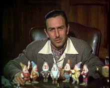 Walt Disney dit (né 1901 Chicago – Mort 1966 Los Angeles) est connu comme producteur, réalisateur, scénariste, acteur et animateur américain de dessins animés. Il fonda en 1923 la société Walt Disney Company et devint petit à petit l'un des producteurs de films les plus célèbres.  (Blanche-Neige et les Sept Nains, Pinocchio, Fantasia, Bambi, Cendrillon, Alice au Pays des Merveilles, Peter Pan, La Belle et le Clochard, Les 101 Dalmatiens, Merlin l'Enchanteur, Mary Poppins, Le Livre de la…