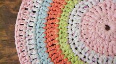 Alfombras de totora al crochet, $175 en https://ofeliafeliz.com.ar