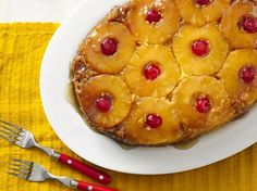 This amazingly easy classic cake recipe has tons of ratings, and it's one of Betty's most-shared cakes! Free up your oven with this no-fuss slow-cooker version of pineapple upside down cake. It (Crockpot Dessert Recipes) Crock Pot Desserts, Slow Cooker Desserts, Delicious Desserts, Yummy Food, Crock Pot Slow Cooker, Crock Pot Cooking, Crock Pots, Cooking Time, Slow Cooker Cake