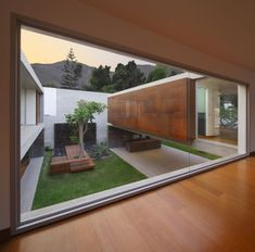 Una casa moderna y acustica, en la cual tiene muchos acabados de madera, con cristales altos.