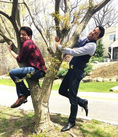 Happy Now go show Mother Nature some love and For every post, will plant ten trees. It couldn't be any easier, so start hugging! Jonathan Scott, Drew Scott, Scott Brothers, Twin Brothers, Property Brothers, Cute Guys, Make You Smile, Hug, Couple Photos