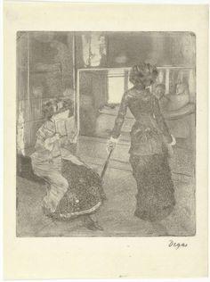 Edgar Degas | Mary Cassatt in het Louvre bij de gallerij met Etruskische kunst, Edgar Degas, 1879 - 1880 | Mary Cassatt staat elegant leunend op een paraplu te kijken naar een Etruskisch grafbeeld in een vitrine in het Louvre. Naast haar zit een vrouw met een boek.