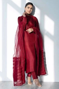 Stylish Dresses For Girls, Stylish Dress Designs, Designs For Dresses, Dress Indian Style, Indian Fashion Dresses, Indian Designer Outfits, Pakistani Designer Clothes, Pakistani Fashion Party Wear, Pakistani Outfits