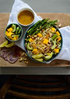 Vegan rice noodle salad with peanut sauce and green asparagus. Recipe on lealou.me!