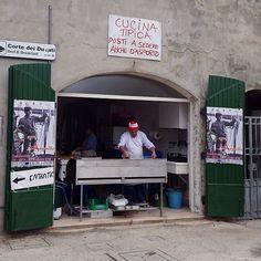 A Comacchio ne sanno una più del diavolo, hanno i posti a sedere anche d'asporto!!