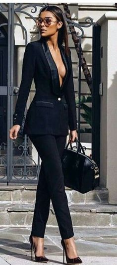 Wearing suits is not only for men! Women suits are the new trend of this season. If you want to look cool and stylish, you should buy a suit and match. Style Blazer, Look Blazer, Classy Outfits, Chic Outfits, Fashion Outfits, Fashion Trends, Fashion Styles, Fashion Ideas, Summer Outfits