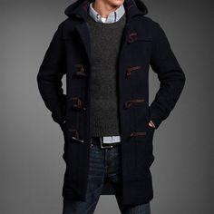 Den Look kaufen: https://lookastic.de/herrenmode/wie-kombinieren/dueffelmantel-pullover-mit-rundhalsausschnitt-langarmhemd-jeans-guertel/468 — Dunkelblauer Düffelmantel — Dunkelgrauer Pullover mit Rundhalsausschnitt — Schwarzer Ledergürtel — Blaue Jeans — Weißes und dunkelblaues vertikal gestreiftes Langarmhemd