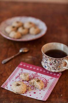 Ma recette des mantecados, ces biscuits espagnols qu'on grignote avec le café, n'est pas la recette traditionnelle. En effet, théoriquement ces gâteaux secs et friables sont faits à base de saindoux, les miens se tiennent grâce à l'huile d'olive. Tu peux les parfumer avec ce qui te plaît, du chocolat par exemple, moi j'ai opté pour des pistaches grillées. Blog Food, Biscuits, Tea Time, Cereal, Cookies, Breakfast, Desserts, Jade, Cupcakes