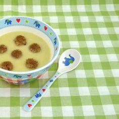Aardappel-preisoep met broodconfetti. Een gezonde soep die ook nog eens lekker zacht van smaak is. Extra leuk als je hem aankleedt met wat vrolijke broodcroutons. Lekker recept voor kinderen. http://dekinderkookshop.nl/recipe-items/aardappel-preisoep-met-broodconfetti/