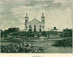 Vista da então Praça 15 de Novembro durante calçamento da sua área, após a instalação da fonte-monumental. Manaus. In: O Estado do Amazonas, 1899.