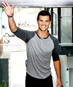 The Twilight Saga: Breaking Dawn - Part 2 star Taylor Lautner greeted fans with a smile in Rio de Janeiro, Brazil on Oct. 24.