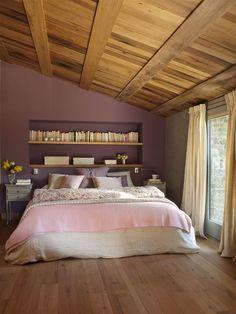 Dormitorio con la pared del cabecero pintada de granate.
