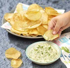 Zelfgemaakte chips met kruidensausje | Colruyt