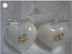 Este sabonete, no formato de coração, é acompanhado de duas mini alianças, simbolizando o elo entre casais. Compõe uma linda lembrancinha para festas de noivado, casamento,e bodas. A cor e a essência do sabonete devem combinar com as preferências do casal, pois o amor,a paixão,a amizade também são refletidas nas cores!!!! Tamanho do sabonete: 5 x 4,5 cm. Cor: cor de rosa Essência: Rosas,Lavanda,Alfazema,entre outras. Os sabonetes contém extrato glicólico de aveia: O Extrato Glicólico de ...