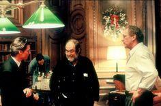 """Tom Cruise, Stanley Kubrick y Sydney Pollack en el set de rodaje de """"Eyes Wide Shut"""" (1999)."""