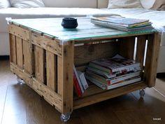 2 anciennes caisses à pommes + 6 roulettes + 1 plaque en verre = une nouvelle table basse ! - Coffee table with 2 wooden cases