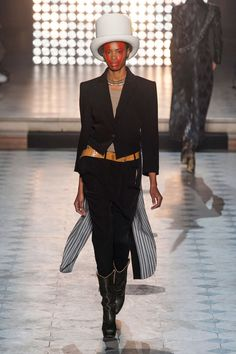 See the entire collection from the Vivienne Westwood Fall 2014 Ready-to-Wear runway show. Ny Fashion Week, I Love Fashion, Paris Fashion, Fashion Design, Runway Fashion, High Fashion, Going For Gold, English Fashion, Haute Couture