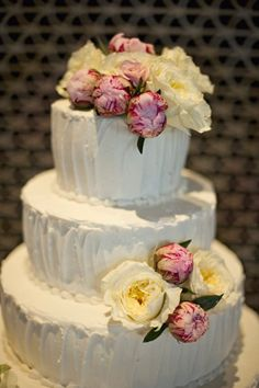 YUM! Fresh flowers on a delicious white cake. Wedding perfection! {Robin Dini Photography}