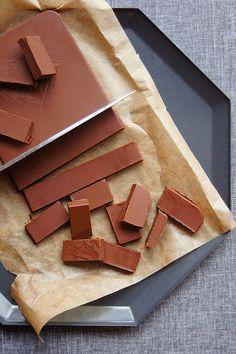 Szybkie, bezproblemowe i banalne miękkie krówki, które w smaku przypominają czekoladki Reese's. Możecie nazwać je jak chcecie - krówki, czekoladki czy praliny. Możecie je podawać w małych foremkach, w formie czekoladowej tabliczki lub pocięte na zgrabne cukierki, które rozpływają się w ustach. Candy Recipes, Sweet Recipes, Reeses Cake, Healthy Recepies, Good Food, Yummy Food, Vegan Treats, Healthy Sweets, Sweet Desserts