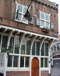 Restauratie door stadsarchitect C.B. van der Tak, 1944. Dit is het oudste café van Amersfoort, de Groote Slock