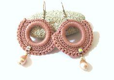 Orecchini rosa ad uncinetto, Orecchini con perle, Orecchini crochet, gioielli uncinetto