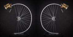 Encore une jolie lampe... ! avec, cette fois, une roue de vélo. Très vintage toute cette déco