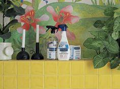 COUP DE CALCAIRE - Cattoire Relation Presse. Je suis une maniaque de la propreté, mais une maniaque cool ! Alors la nouvelle gamme de produits anti)calcaire me plaît particulièrement. Surtout quand les photos sont prise dans la jolie maison #Winkdeco ! Le carrelage jaune ensoleille cette salle de bain réhaussée par un papier peint jungle. Les produits #Starwax ne dépareillent pas dans leurs emballages. Photos, Painting, Glass Shower, Shower Cabin, Cleanser, Packaging, Products, Yellow Tile, Pictures