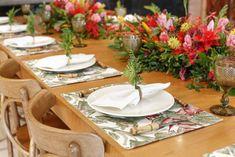 Compomos nossa mesa com clima de verão na Bahia, com louça branca lisa Vista Alegre, copos bico de jaca verde, guardanapos crus e talheres de bambu, alugados na Casa das Festas.