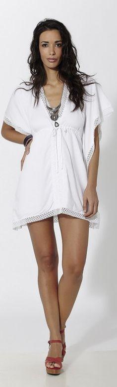 Vestido corto ibicenco tipo poncho con puntillas Blanco