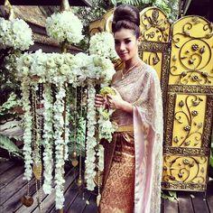 beautiful thai wedding dress those flowers too! Laos Wedding, Thailand Wedding, Khmer Wedding, Wedding Attire, Cambodian Wedding Dress, Thai Wedding Dress, Wedding Dresses, Thai Traditional Dress, Traditional Wedding