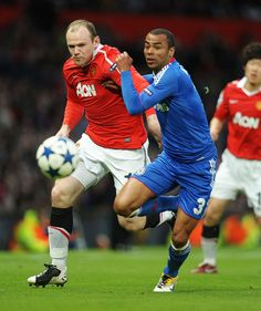 Ashley Cole (Chelsea) tussles for the ball with Wayne Rooney (Man Utd). Liverpool Images, Manchester United Images, Manchester United Players, Leeds United, Fc Chelsea, Manchester Derby, Manchester City, Soccer