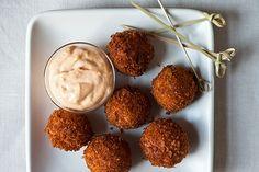 Croquetas de jamón serrano y queso manchego con alioili de pimentón ahumado.