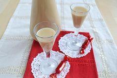 Η τέλεια πρόταση για κέρασμα τα Χριστούγεννα,αλλά και σε μια γιορτή!    Υλικά:  400 γραμμάρια καραμέλες βουτύρου  400 ml γάλα  250 ml από την κρέμα γάλακτος  150 mlβότκα ή κονιάκ        Ζεσταίνουμε το γάλα και την κρέμα γάλακτος, στη συνέχεια, προσθέστε τις καραμέλες        Μαγειρέψτε