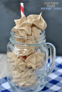 Root Beer Float Meringue Cookies: chewy and crunchy in one bite! Perfect summer treat